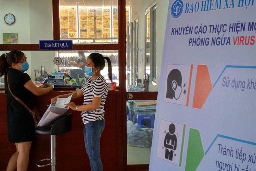 Người dân đến cơ quan Bảo hiểm xã hội (BHXH) tỉnh Long An để tìm hiểu thông tin, chính sách mới về BHXH. Ảnh: Kỳ Quan