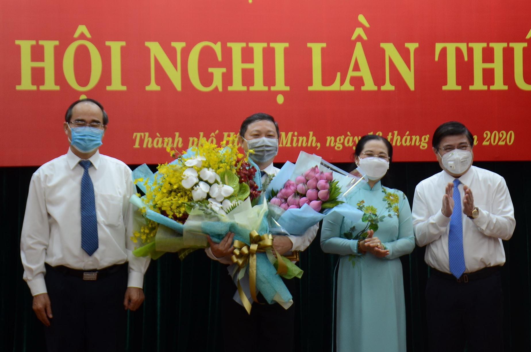 Bí thư Thành ủy TPHCM Nguyễn Thiện Nhân và lãnh đạo TPHCM chúc mừng ông chí Dương Anh Đức.  Ảnh: Trung tâm báo chí TPHCM