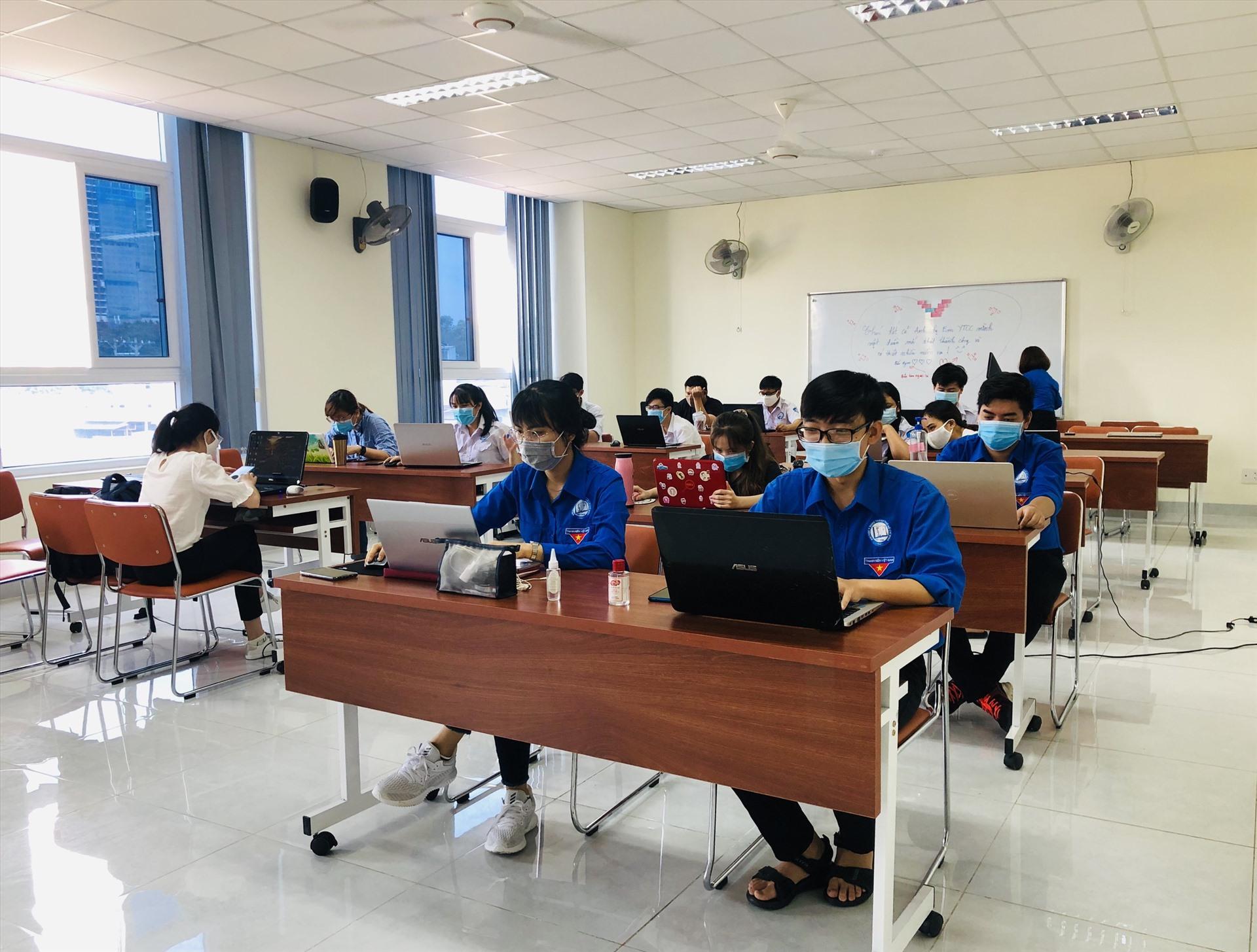 Sinh viên hỗ trợ chống dịch tại HCDC. Ảnh: Minh Khang