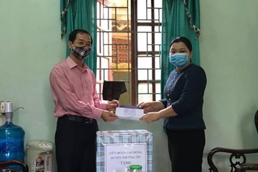 Chủ tịch LĐLĐ huyện Trịnh Thị Phương Thảo tặng quà cho đoàn viên, công nhân viên chức lao động. Ảnh: Thường Tín