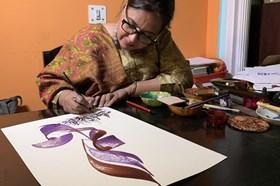 Nữ thư pháp Ấn Độ sáng tạo giao thoa truyền thống và hiện đại