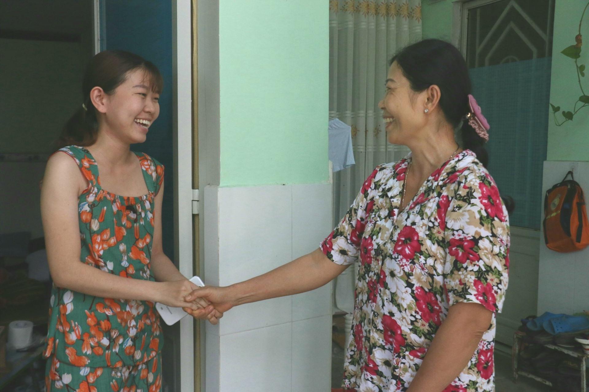 chủ nhà trọ Lê Lai 2/116 (bên phải) thông báo miễn giảm tiền nhà trọ với công nhân. Ảnh: Thành Nhân