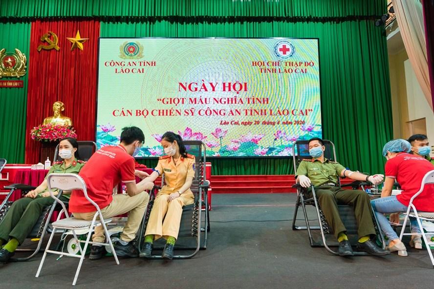 Công an tỉnh Lào Cai tích cực trong phong trào hiến máu cứu người. Ảnh: Gia Chiến - Bá Ngọc