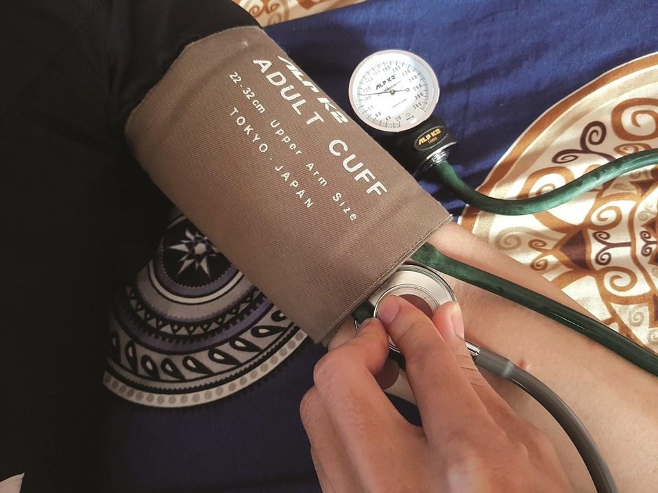 Mỗi gia đình cần trang bị máy đo huyết áp tự động để theo dõi chỉ số huyết áp thường xuyên. Ảnh: Hà Phương