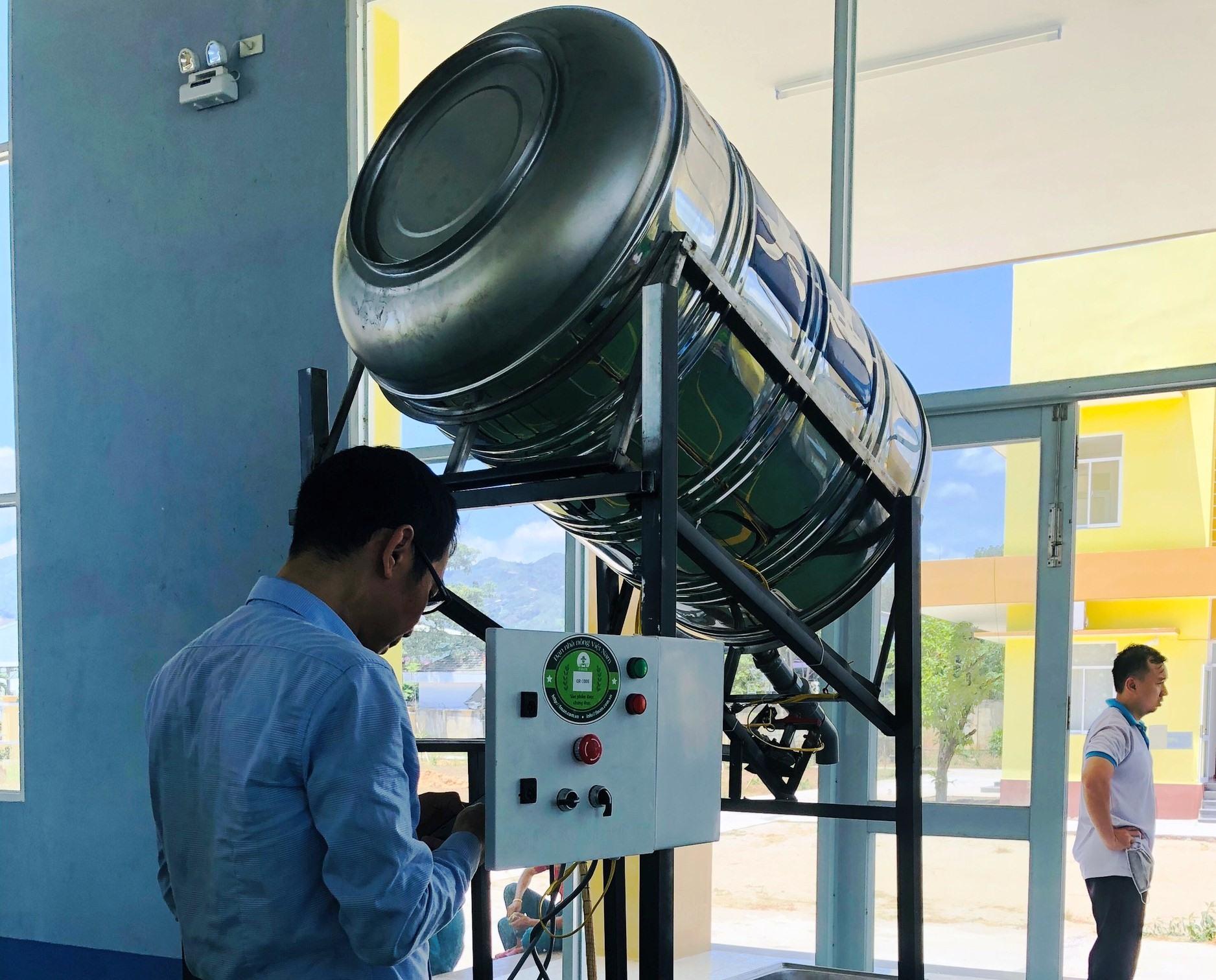 """Hệ thống máy """"ATM gạo"""" đang được hoàn thiện trước khi khởi động vào ngày 23.4. Ảnh: Phương Linh"""