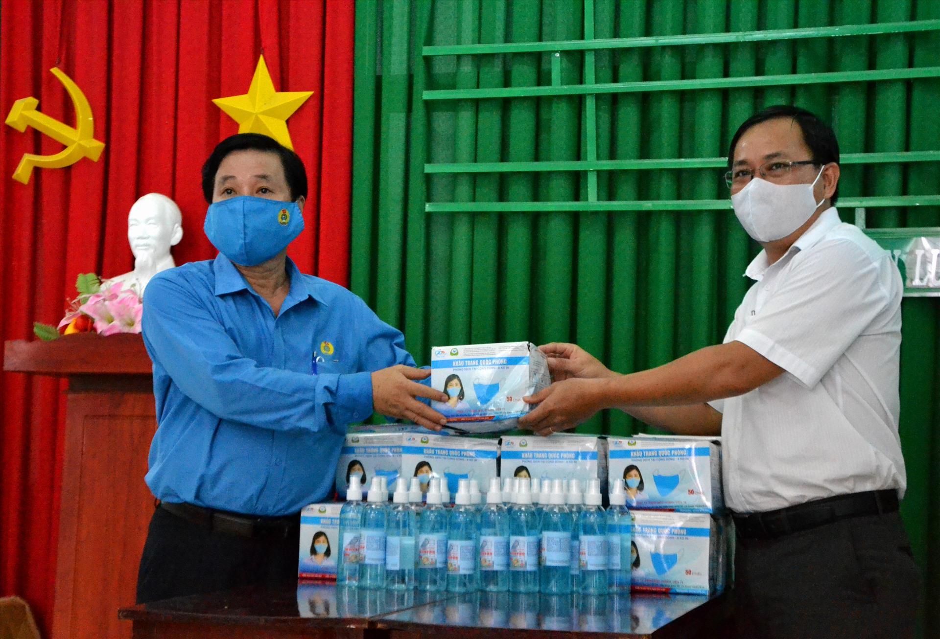 Trao khẩu trang, nước rửa tay cho CĐCS thuộc LĐLĐ huyện Kiên Lương có đông lao động làm việc trong mùa dịch. Ảnh: LT