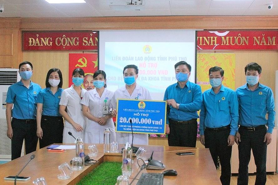 Lãnh đạo LĐLĐ tỉnh Phú Thọ trao hỗ trợ cho các cán bộ, y, bác sĩ Bệnh viện Đa khoa tỉnh. Ảnh: Mai Hoa