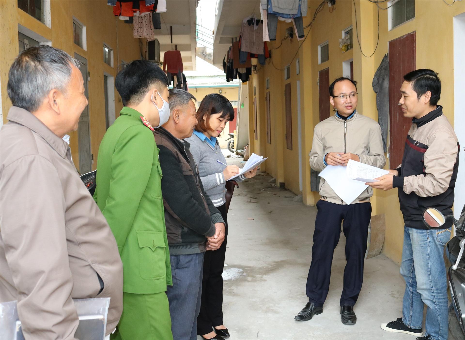 Lãnh đạo CĐ các KCN tỉnh Ninh Bình vận động các chủ nhà trọ trên địa bàn thành phố Ninh Bình giảm tiền thuê phòng cho CNLĐ. Ảnh: NT