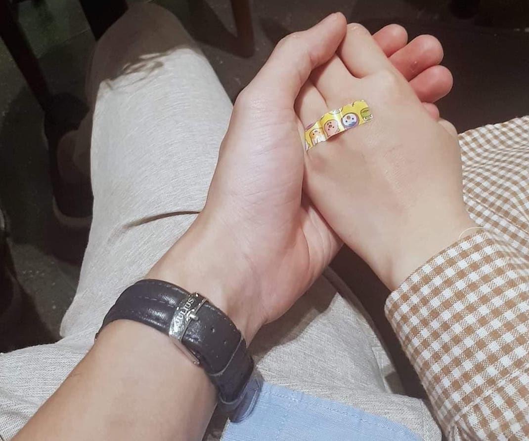 Nắm tay để đo được ni tay của người ấy một cách chính xác nhất -  Tâm Luxury