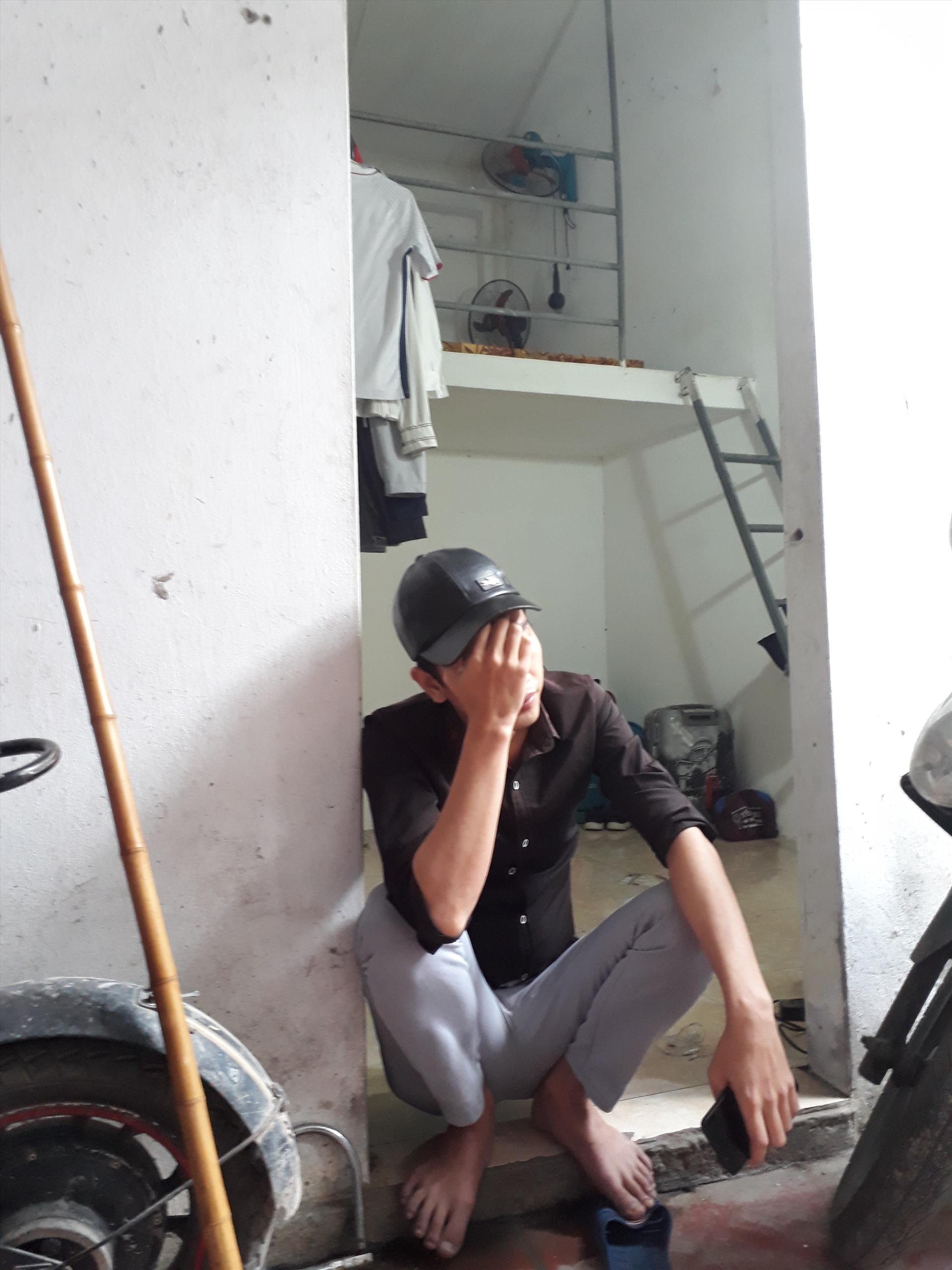 Anh Nguyễn Hùng D. trước căn phòng trọ tạm bợ mà anh đang thuê. Ảnh: Bảo Hân
