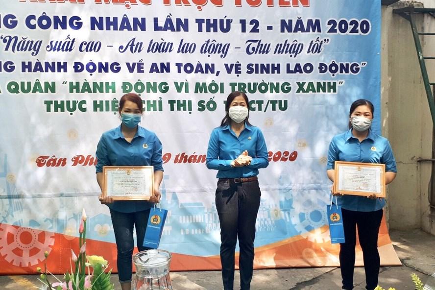Bà Phạm Ngọc Lan - Chủ tịch LĐLĐ quận Tân Phú tặng quà cho NLĐ nhân Tháng Công nhân 2020. Ảnh: LĐLĐ quận Tân Phú cung cấp.
