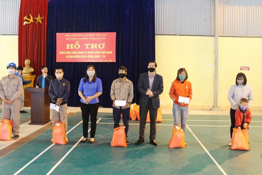 Trao quà cho đoàn viên, CNLĐ khó khăn. Ảnh: Nguyễn Thuận
