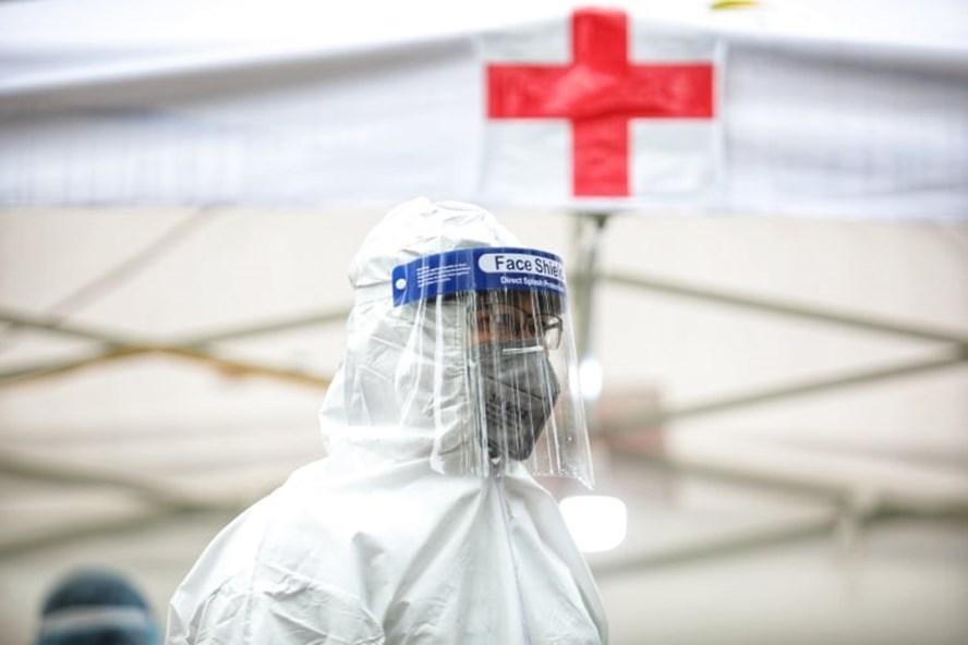 Cán bộ y tế được bảo hộ trong dịch COVID-19. Ảnh: Hải Nguyễn
