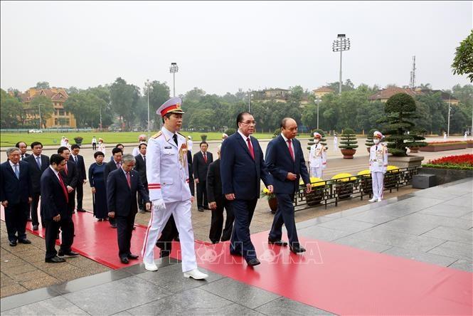 Đoàn đại biểu Lãnh đạo Đảng, Nhà nước đặt vòng hoa và vào Lăng viếng Chủ tịch Hồ Chí Minh. Ảnh: Dương Giang/TTXVN