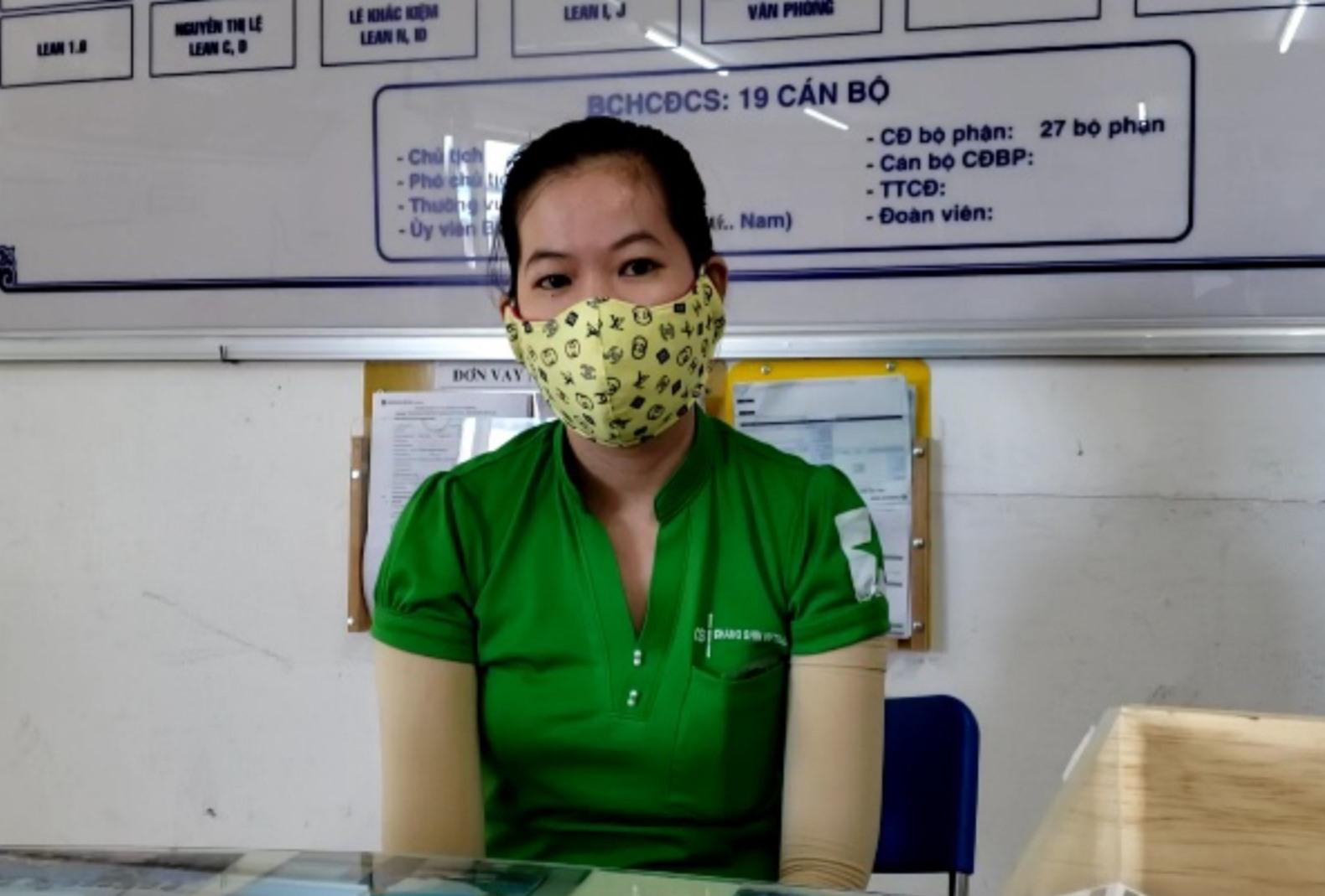Bến phà tạm ngưng, công nhân Nguyễn Thị Kim Hoà đi làm về nhà lúc nửa đêm do phải đi đường vòng_Ảnh: HAC