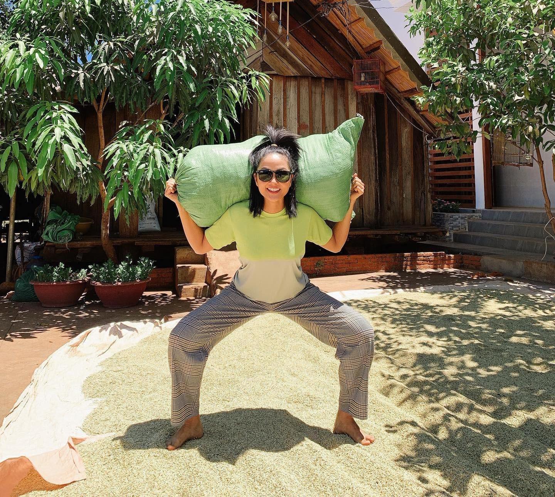 Trong những ngày dịch, hoa hậu H'Hen Niê trở về nhà bên gia đình.