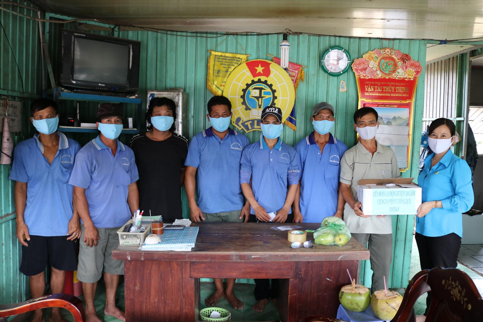 Chủ tịch LĐLĐ huyện Cao Lãnh - Phạm Thị Xuân Mai tặng khẩu trang vải cho Nghiệp đoàn bốc xếp tại Chợ đầu mối trái cây tỉnh Đồng Tháp. Ảnh: HL