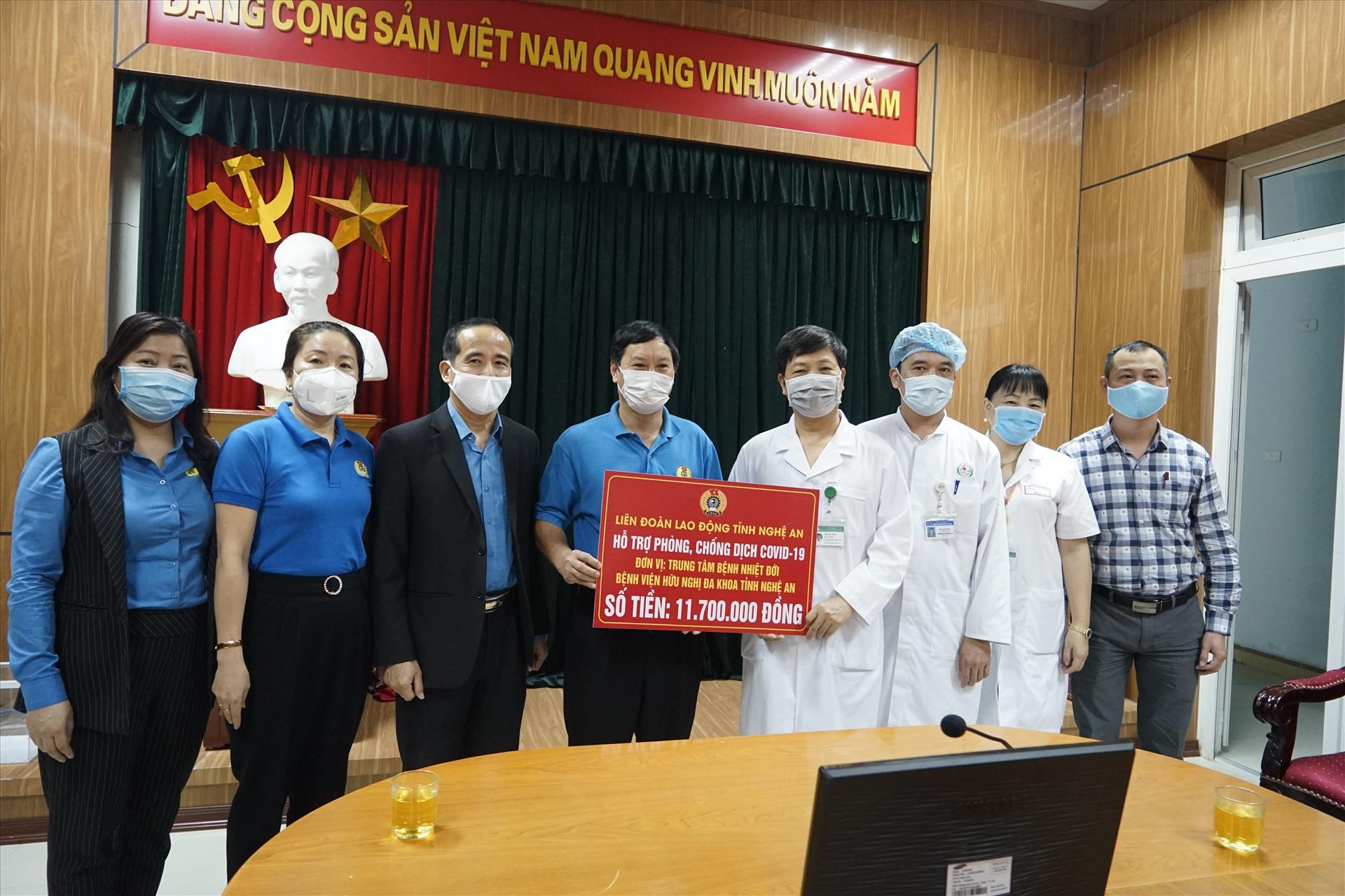 LĐLĐ tỉnh Nghệ An trao quà hỗ trợ Trung tâm Bệnh nhiệt đới - Bệnh viện Hữu nghị đa khoa Nghệ An. Ảnh: QĐ