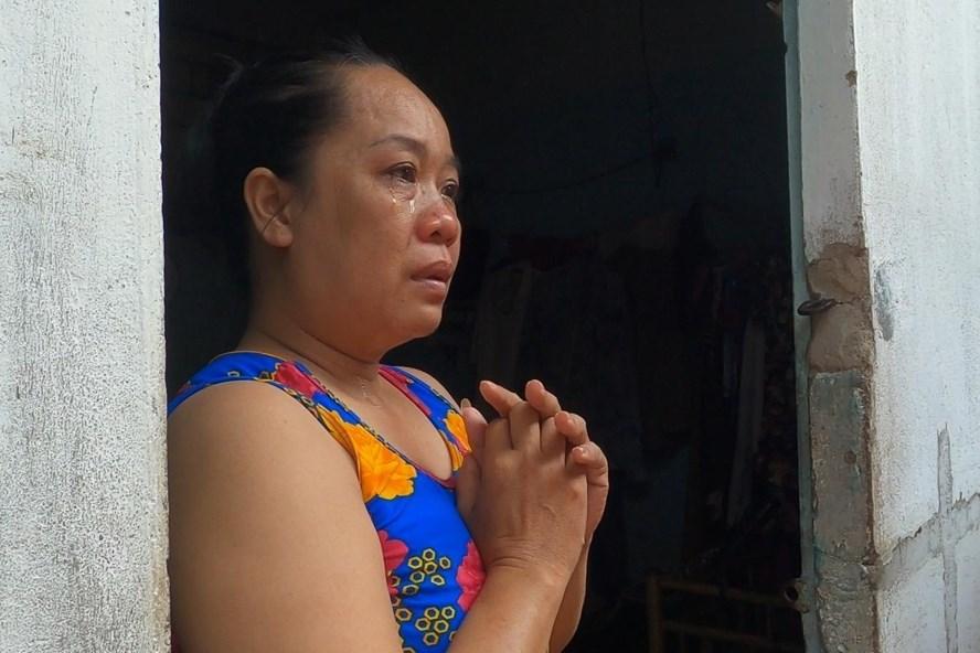Chị Đặng Thị Mai Xuân (quê Ninh Thuận, bán hàng rong) cảm động bật khóc khi được chủ trọ báo miễn 2 tháng tiền thuê trọ. Ảnh: Đình Trọng