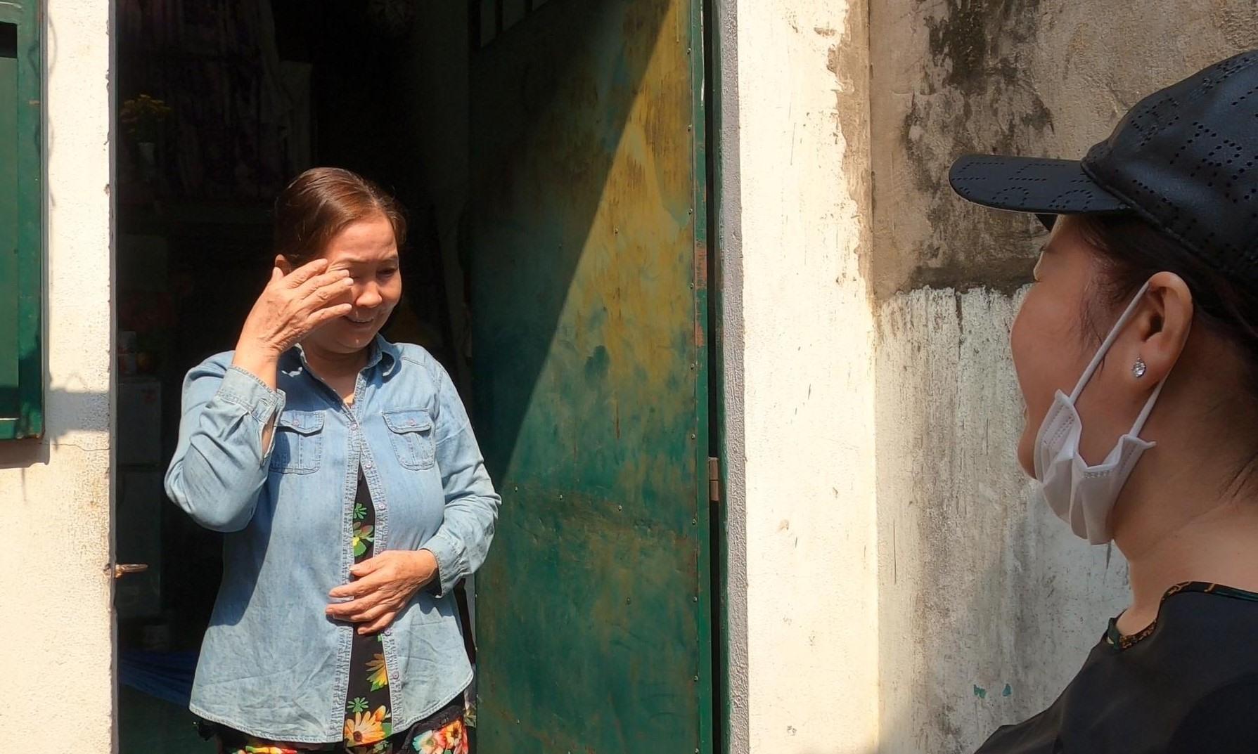 Bà Trần Thị Út (60 tuổi, quê Vĩnh Long, làm phục vụ ở quán ăn) cảm động trước tin được miễn 2 tháng tiền trọ. Ảnh: Đình Trọng