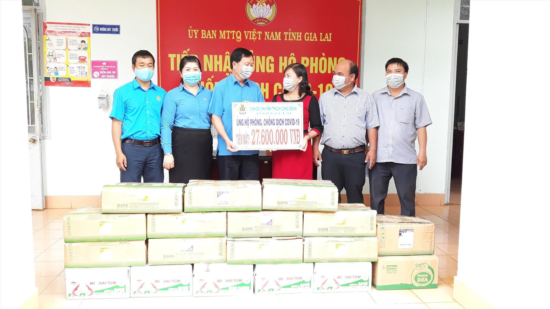 Lãnh đạo LĐLĐ tỉnh Gia Lai trao số tiền ủng hộ của anh, chị em cán bộ, ĐVCĐ đến đại diện Uỷ ban MTTQ Việt Nam tỉnh.