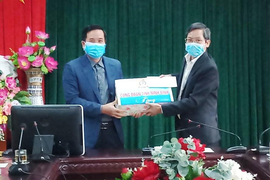 Đại diện lãnh đạo LĐLĐ tỉnh Ninh Bình tặng quà cho cán bộ y bác sĩ tại Bệnh viện Đa khoa tỉnh Ninh Bình. Ảnh: NT
