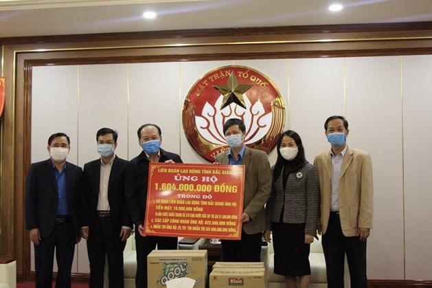 Đồng chí Nguyễn Văn Cảnh, Ủy viên Ban Chấp hành Tổng Liên đoàn Lao động Việt Nam, Tỉnh ủy viên, Chủ tịch Liên đoàn Lao động tỉnh Bắc Giang (thứ 3 từ phải sang) trao ủng hộ của Liên đoàn Lao động tỉnh trong công tác phòng chống dịch COVID-19.