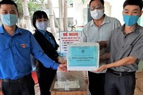 LĐLĐ huyện Ea Súp: Đến tận nhà người dân để tặng khẩu trang, nước rửa tay