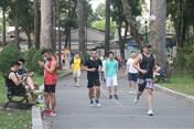 TPHCM: Phớt lờ lệnh cách ly, đông nghịt người đi tập thể dục giữa mùa dịch