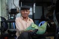 Cán bộ Đắk Lắk hỗ trợ người nghèo vượt qua dịch COVID-19