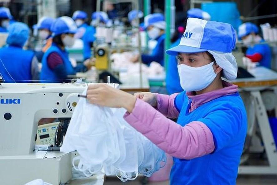 Các doanh nghiệp dệt may gặp nhiều khó khăn do dịch COVID-19. Ảnh: L.Đ