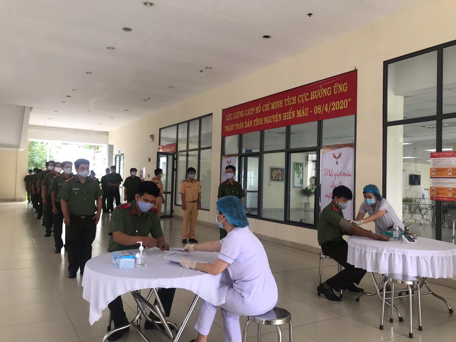 Cán bộ, chiến sĩ có mặt tại trụ Công an TPHCM để tham gia hiến máu
