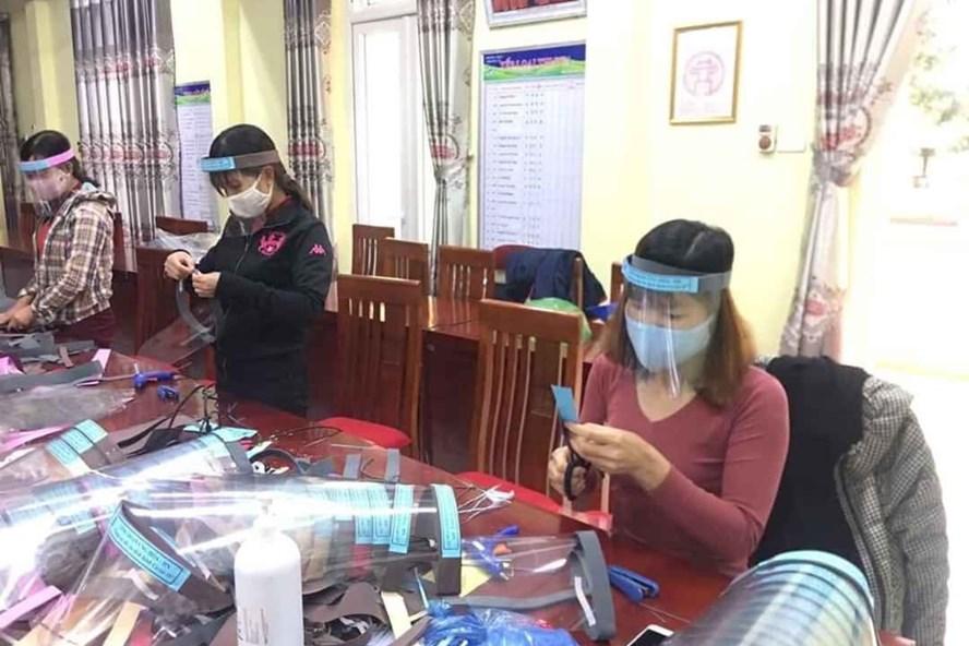 Đoàn viên, người lao động huyện Ứng Hoà (Hà Nội) làm tấm chắn giọt bắn để tặng các y, bác sĩ. Ảnh: LĐLĐ Ứng Hoà