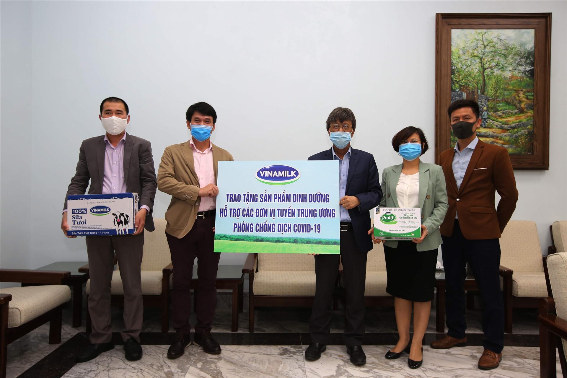 GS.TS Đặng Đức Anh - Viện trưởng Viện Vệ sinh dịch tễ Trung ương (bên phải) đại diện nhận tài trợ từ ông Phạm Tuyên – Giám đốc Kinh doanh Nội địa Vinamilk (bên trái).