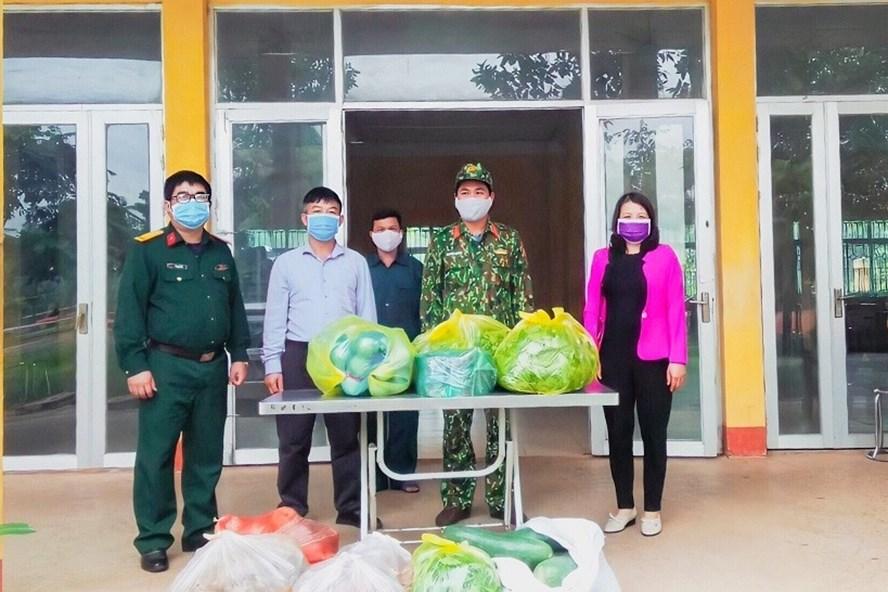 Cán bộ, giáo viên trường Phổ thông dân tộc nội trú ATK Sơn Dương ATK Sơn Dương ủng hộ thực phẩm cải thiện bữa ăn cho người đang cách ly tại trường. Ảnh: T.Q