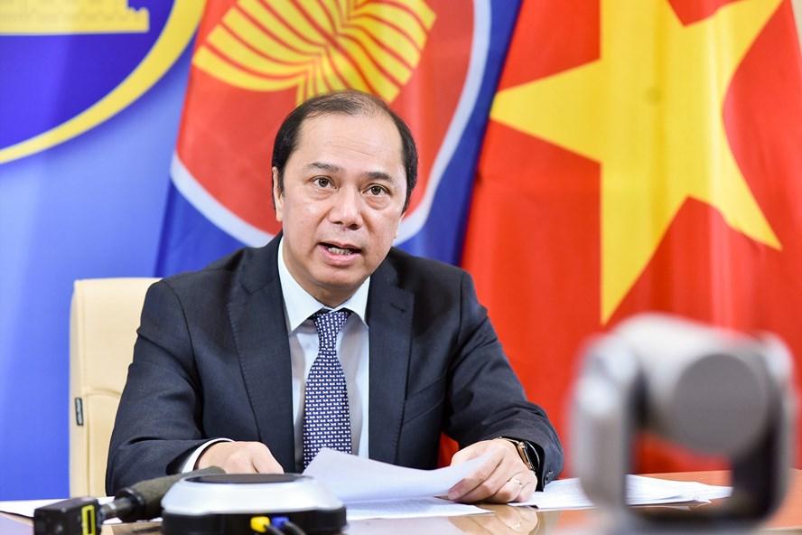 Thứ trưởng Nguyễn Quốc Dũng tại họp báo quốc tế về Hội nghị Cấp cao Đặc biệt ASEAN và Cấp cao đặc biệt ASEAN+3 về COVID-19. Ảnh: Nhật Hạ.