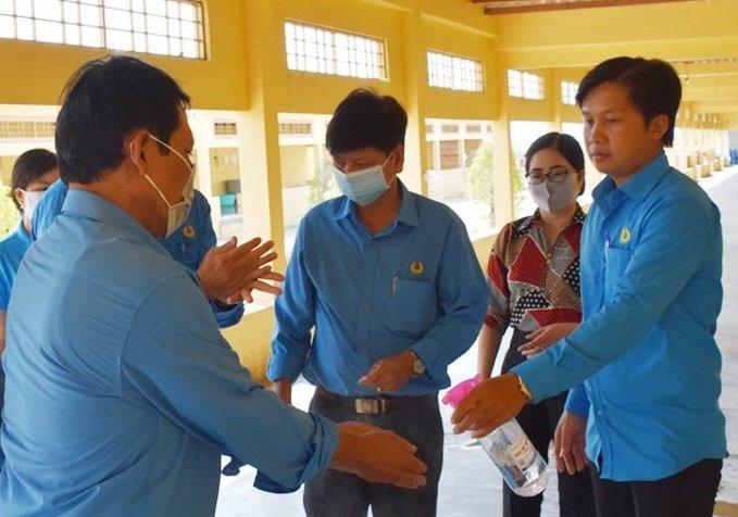 Màu áo xanh công đoàn có mặt kịp thời động viên, chia sẻ khó khăn với công nhân thời đại dịch COVID-19 (ảnh Nhật Hồ)