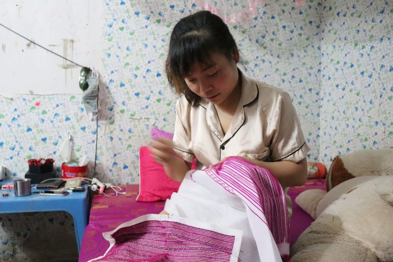 Ngoài thời gian đi làm ở công ty, chị Như còn tranh thủ nhận công việc thêu thổ cẩm để kiếm thêm thu nhập.