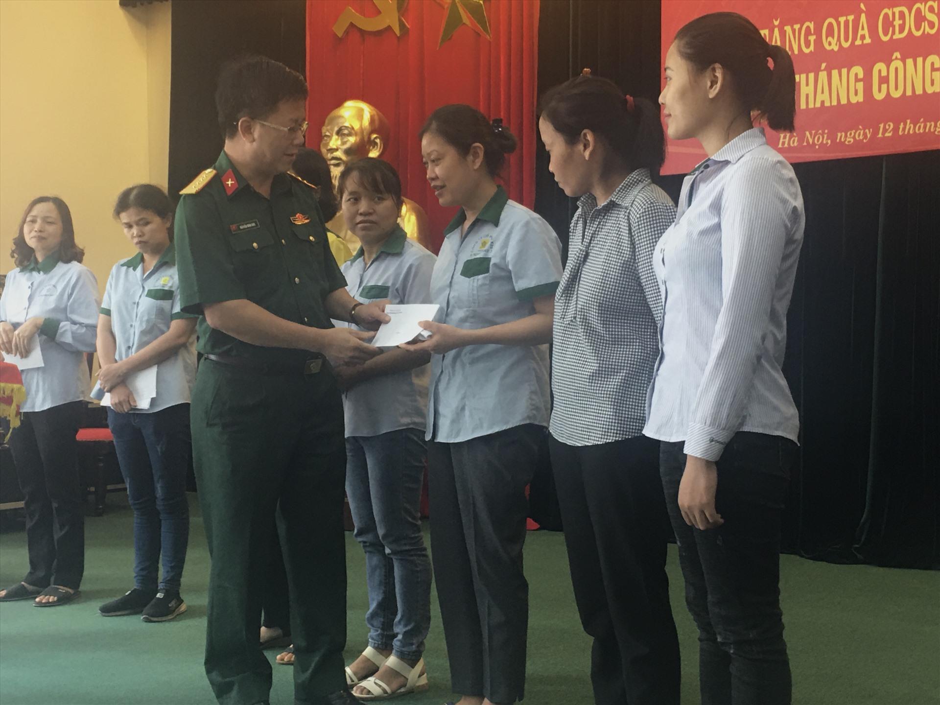 Đại tá Nguyễn Đình Đức - Trưởng ban Công đoàn Quốc phòng thăm hỏi đoàn viên Công đoàn Công ty Cổ phần X20. Ảnh:T.E.A