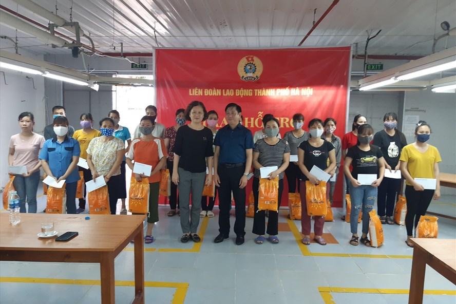 Lãnh đạo Liên đoàn Lao động Hà Nội trao hỗ trợ cho công nhân ngành Dệt - may Hà Nội. Ảnh: CĐ DM