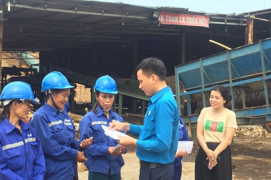 Ông Nguyễn Đức Thạch - Chủ tịch Công đoàn các KKT tỉnh Hà Tĩnh trao quà cho công nhân khó khăn. Ảnh: CĐ