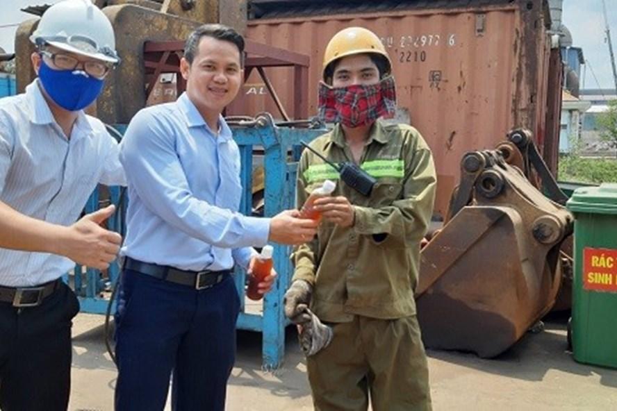 Những chai nước mát được trao tận tay người lao động tại cầu cảng. Ảnh: Diệu Linh