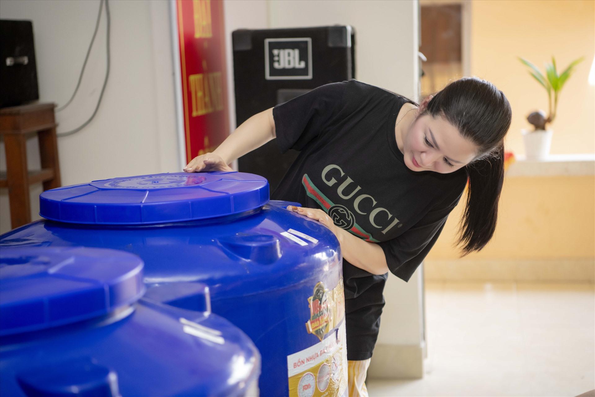 Ca sĩ Đinh Hiền Anh hỗ trợ bà con tại Bến Tre vượt qua khó khăn hạn mặn. Ảnh: Nhân vật cung cấp.