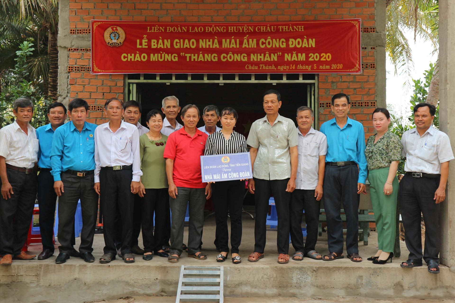 Lễ bàn giao Mái ấm Công đoàn cho đoàn viên Lê Hồng Cẩm Tú (áo sọc đứng giữa). Ảnh: Lý Oanh