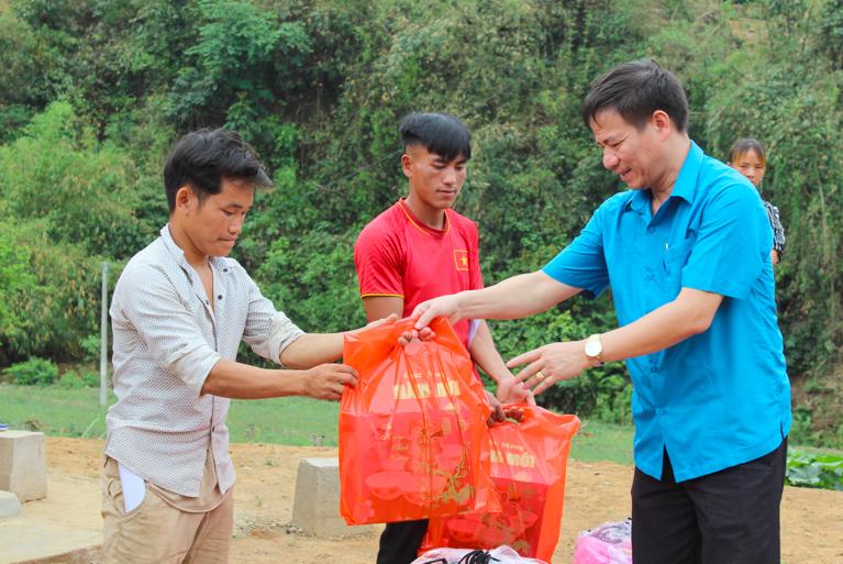 Ông Lê Thanh Hà – Chủ tịch LĐLĐ tỉnh trao quà cho các hộ gia đình. Ảnh: N.Cường