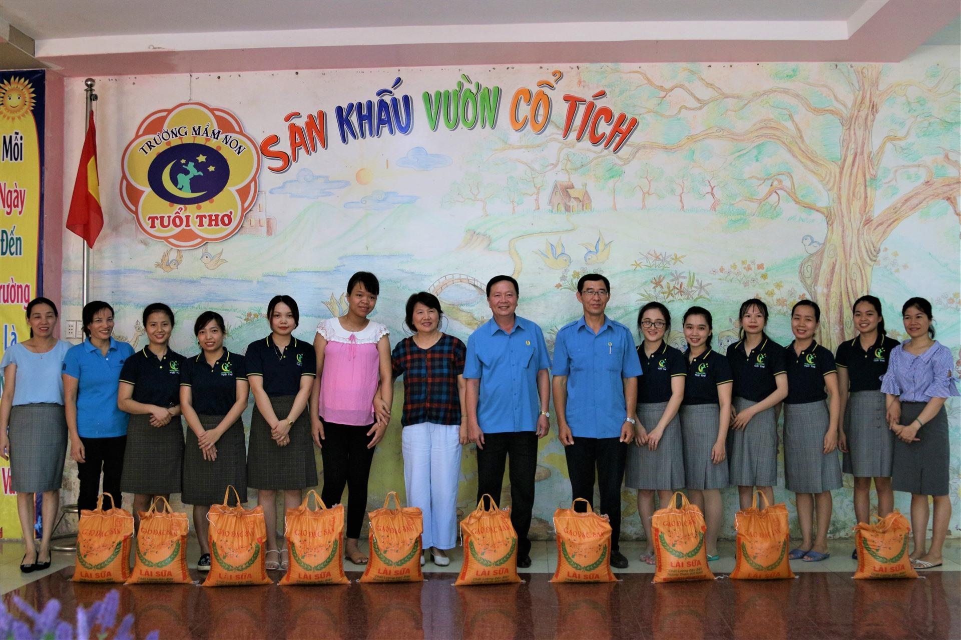 Lãnh đạo LĐLĐ tỉnh Gia Lai tặng quà cho những giáo viên có hoàn cảnh khó khăn. Ảnh: Bảo Trung