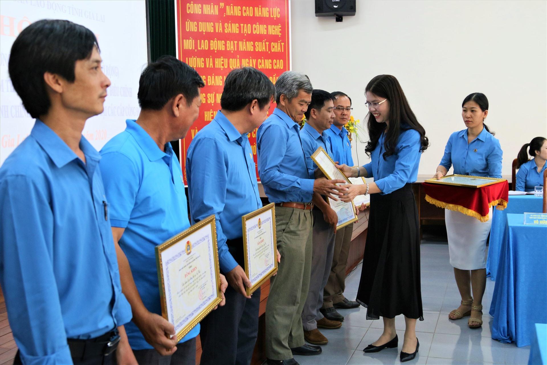 Lãnh đạo LĐLĐ tỉnh Gia Lai trao bằng khen cho những đơn vị có thành tích xuất sắc trong việc triển khai Nghị quyết. Ảnh: Bảo Trung