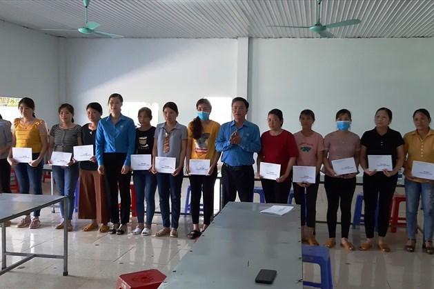 Lãnh đạo LĐLĐ tỉnh và LĐLĐ huyện Chợ Mới trao quà cho công nhân lao động  Công ty nền móng Hồ Bắc. Ảnh: Lưu Thoan