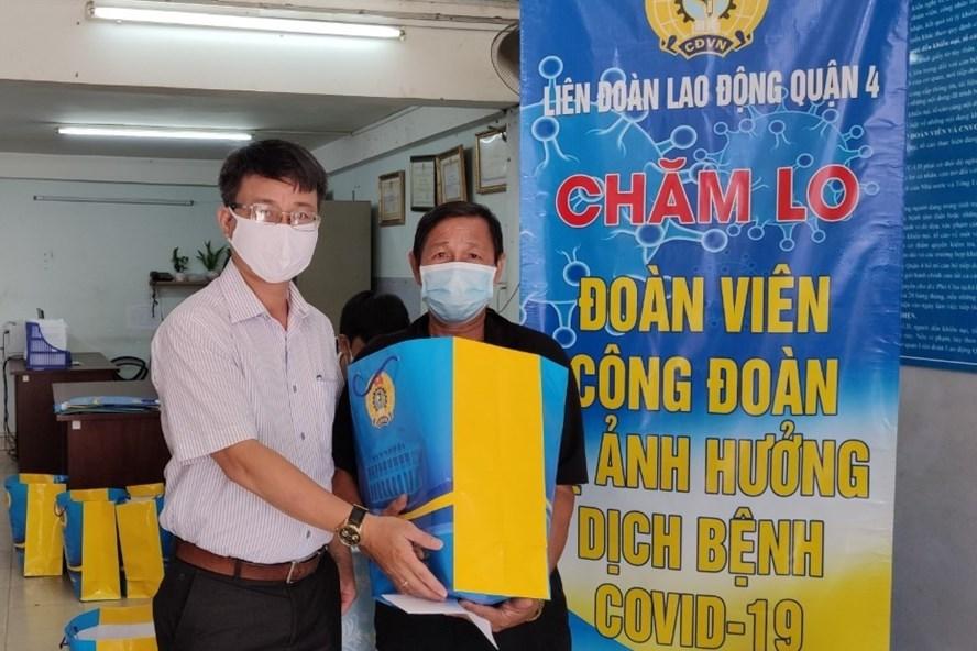 Chủ tịch LĐLĐ Quận 4 Trần Văn Thanh Hùng trao quà cho đoàn viên bị ảnh hưởng việc làm do dịch COVID-19. Ảnh Đức Long