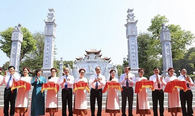 Thủ tướng Nguyễn Xuân Phúc cùng các đại biểu thực hiện nghi thức cắt băng khánh thành Đền Chung Sơn - Đền thờ Gia tiên Chủ tịch Hồ Chí Minh. Ảnh: Báo Chính phủ